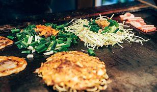 W japońskich restauracjach podaje się okonomiyaki na trzy sposoby