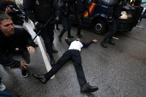 """""""Referendum w Katalonii jest nielegalne, a policja działa zgodnie z prawem"""". Hiszpanie mieszkający w Warszawie zabierają głos"""