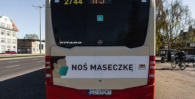Autobus przypomina o noszeniu maseczki.