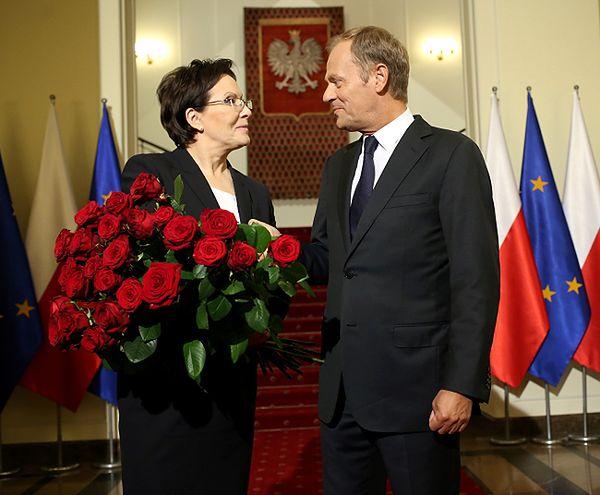 Premier Ewa Kopacz przejęła urząd od Donalda Tuska. Przywitał ją bukietem czerwonych róż
