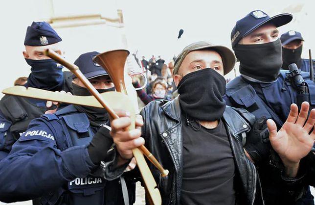 Strajk Kobiet. Do ataków na protestujących doszło w trzech polskich miastach. Świadkowie tych wydarzeń zwracali uwagę na bierność policji