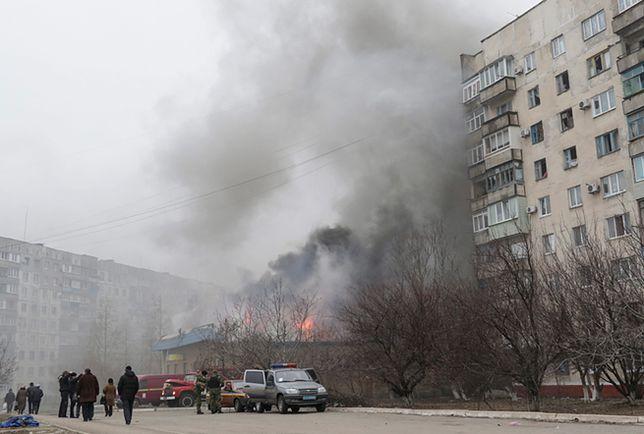 Skutki ostrzału na osiedlu w Mariupolu