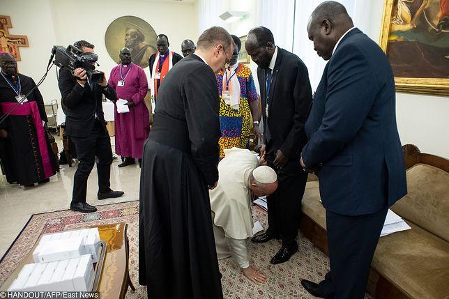 Papież klękał i, mimo problemów ze wstaniem, całował stopy polityków