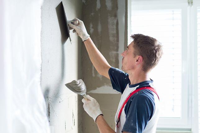 Materiały i robocizna potrzebne do wygładzenia jednego metra kwadratowego ściany kosztują przynajmniej 25 zł