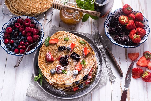 Naleśniki z owocami w wersji dietetycznej możesz podawać w postaci tortu, ale bez bitej śmietany