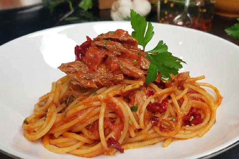 Spaghetti al tonno to jedno z prostszych dań. Wykonanie go nie zajmie ci dużo czasu.