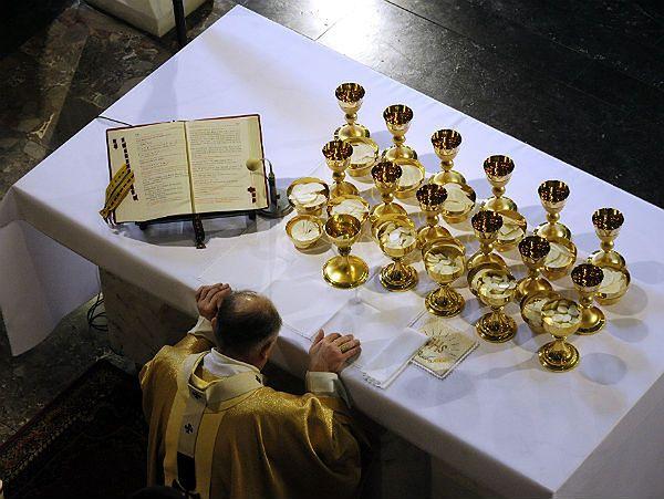 Przed wieczornymi uroczystości Wielkiego Czwartku dokonuje się poświęcenie oleju Krzyżma podczas mszy św. z odnowieniem przyrzeczeń kapłańskich. Na zdj. kard. Kazimierza Nycza (zdj. arch.)