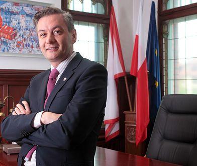 Radni PiS w Słupsku chcą obniżenia pensji prezydenta miasta Roberta Biedronia