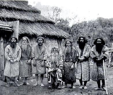 Ajnowie na fotografii z początku XX w.