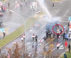 """Białoruś. """"Nowa fontanna"""". Protestujący dogonili armatkę wodną"""