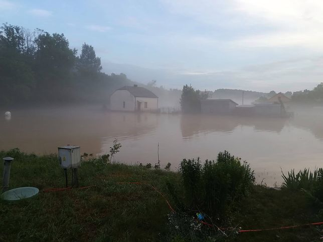 Wierzchosławice o poranku. Woda opada, ale wciąż wiele gospodarstw jest zalanych.