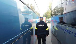 Gliwice. Policjanci sprawdzają stan techniczny autokarów.