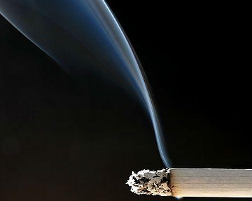 """""""Daily Mirror"""": Personel pokładowy związał agresywnego palacza"""