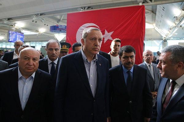"""Erdogan wezwał naród do przeciwstawienia się """"próbie zamachu stanu"""""""