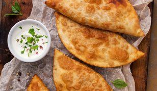 Tatarskie czebureki z farszem mięsno-serowym i sosem