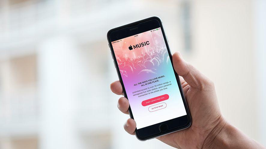 Serwisom strumieniującym muzykę, jak Apple Music, przybywa w szybkim tempie abonentów, fot.  mirtmirt / Shutterstock.com