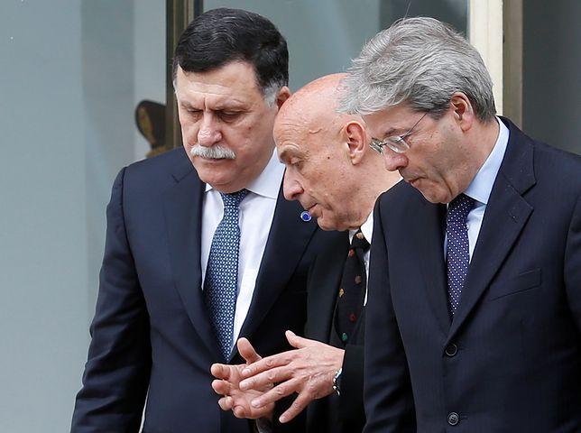 Premier Libii Fajed as-Serradż, włoski szef MSW Marco Minniti i premier Włoch Paolo Gentiloni