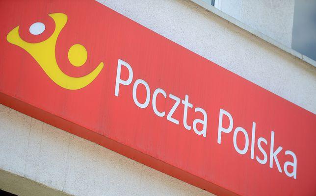 Pozostawione paczki przed Pocztą Polską