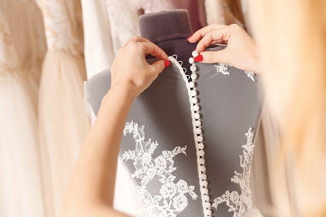 Panna młoda wybiera suknię ślubną. Prosi o pomoc