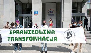 """Warszawa. Protest przed siedzibą PGE. Chcą """"sprawiedliwej transformacji"""". [ZDJĘCIA]"""