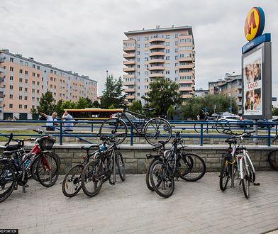 Warszawa. Bloki na stołecznych Kabatach w pobliżu wejścia do stacji metra