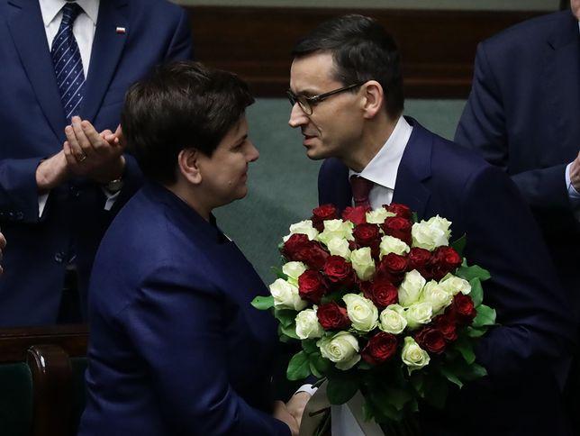 Premier Mateusz Morawiecki po wygłoszonym expose odbiera gratulacje od swojej poprzedniczki Beaty Szydło. Kolejne miesiące nie były już usłane różami