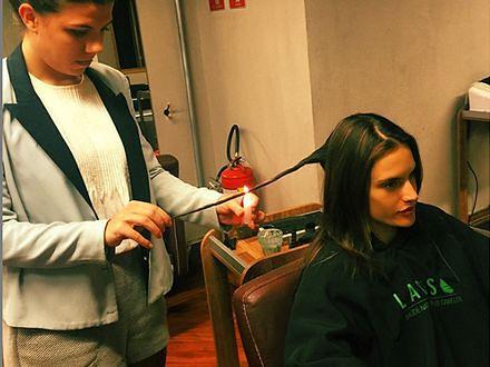 Alessandra Ambrosio przypala swoje włosy. Kontrowersyjna moda na pielęgnację