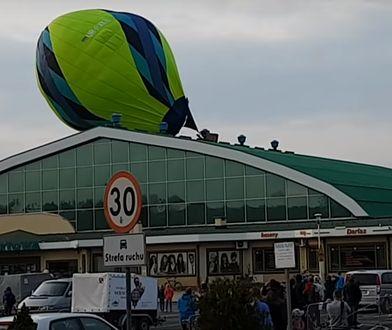 Balon uderzył w dach hali sportowej w Krośnie. Chwile grozy podczas zawodów baloniarzy