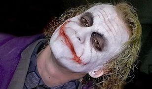 """Przebrał się za """"Jokera"""" i pobił taksówkarza. Policja: """"napastnik miał zielone włosy i szeroki, czerwony uśmiech"""""""