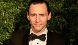 Tom Hiddleston w wieżowcu