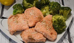 Łosoś na parze z brokułem. Sposób na soczystą rybkę