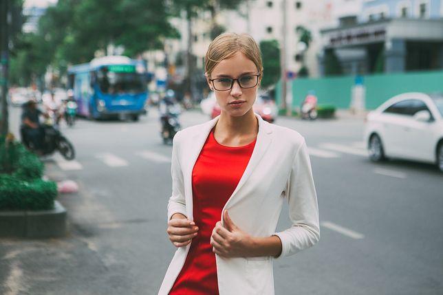Klasyczna czerwona sukienka będzie towarzyszyć ci w pracy i w czasie wolnym