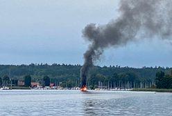Mazury. Pożar łodzi na jeziorze Bełdany