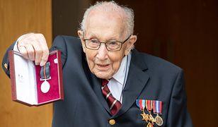 Koronawirus. Wielka Brytania. 100-letni weteran zebrał 33 mln funtów dla NHS. Tom Moore otrzyma tytuł szlachecki