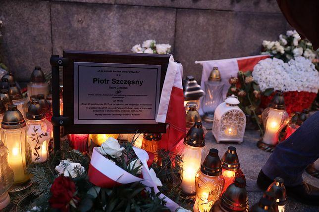 Podpalił się na pl. Defilad w Warszawie. Prokuratura: Bez udziału osób trzecich