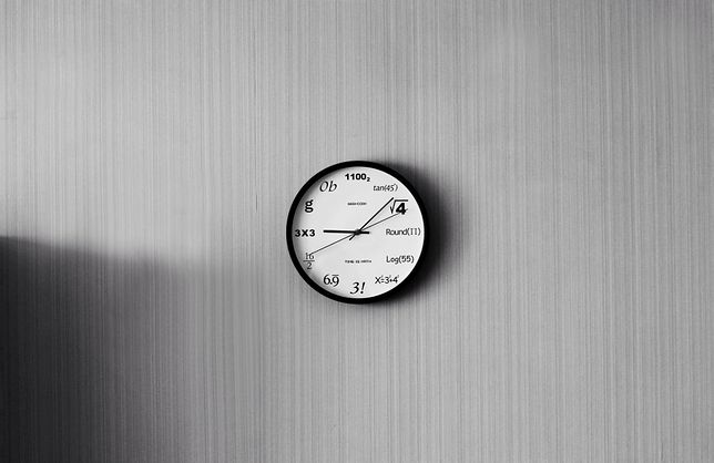 Zegar wskazówkowy o klasycznym kształcie może zachwycać niebanalną tarczą