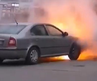 Białystok. Auto w płomieniach i błyskawiczna akcja strażaków [WIDEO]