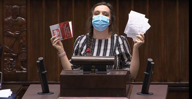 """Klaudia Jachira chce """"żałoby narodowej po zdeptanej konstytucji"""" (fot.: sejm.gov.pl)"""