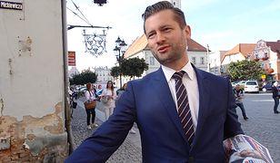 Poseł Kamil Bortniczuk w trakcie swojej kampanii parlamentarnej zużył trzy pary butów.
