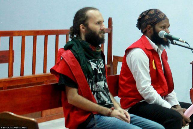 Indonezyjski Sąd Najwyższy powiększył karę dla Jakuba Skrzypskiego (po lewej) do 7 lat pozbawienia wolności.