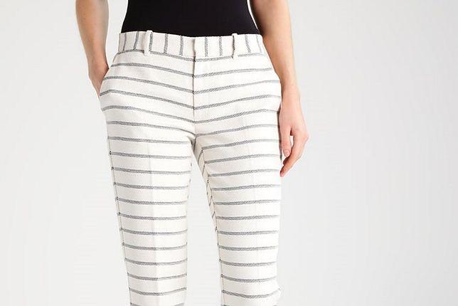 Na lato koniecznie musisz mieć białe spodnie