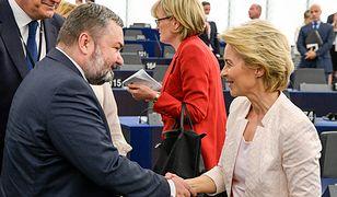 Ursula von der Leyen i Karol Karski z PiS po głosowaniu nad kandydaturą szefowej Komisji Europejskiej.