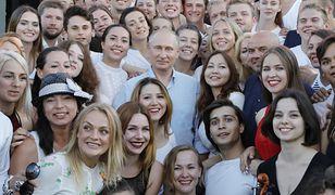 Prezydent Rosji Władimir Putin w otoczeniu młodzieży na Krymie