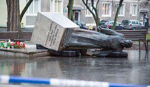 Gdańsk, 21 lutego 2019 roku. Skwer prałata Henryka Jankowskiego. Przewrócony pomnik duchownego.