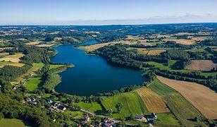 Hotel Niedźwiadek leży na terenie Wdzydzkiego Parku Krajobrazowego nad jeziorami Wdzydze i Jeleń