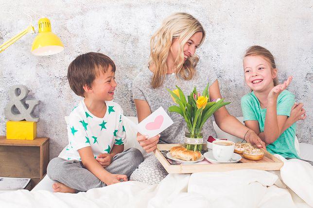 Dzień Matki – najpiękniejsze życzenia oraz wierszyki. Sprawdź, kiedy dokładnie wypada Dzień Matki i skorzystaj z naszej listy życzeń