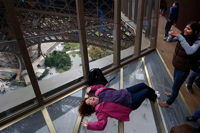 Paryż - Wieża Eiffla ma szklaną podłogę