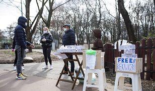 Warszawa. Wietnamczycy rozdawali w parku Szczęśliwickim maski i rękawiczki