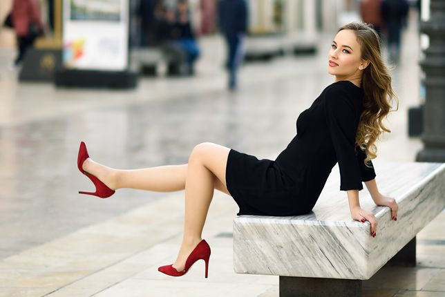 Elegancka mała czarna to jedna z najpopularniejszych sukienek do pracy