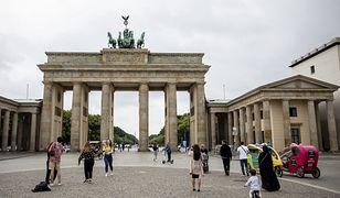 BERLIN, 19 czerwca: Turyści przy Bramie Brandenburskiej